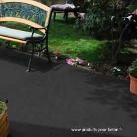 Sol en béton décoratif noir.